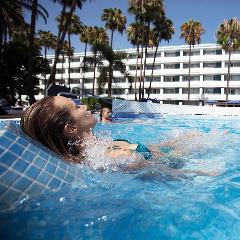 Gresite htk niebla azul celeste mar poolaria for Revestimiento piscinas gresite